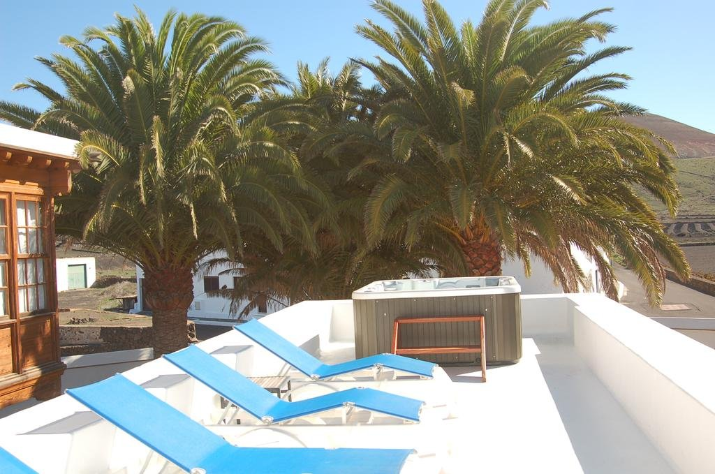 Hotel Casona de Yaiza - zonneterras met jacuzzi